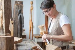 Julia Lambertz: Holzbildhauerei und Gestaltung