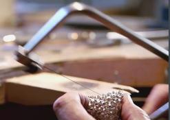 Goldschmied bei der Arbeit am 'Affinity' Armband