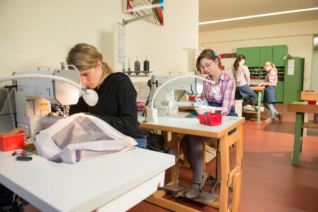 Schüler beim Arbeiten in der Lederwerkstätte